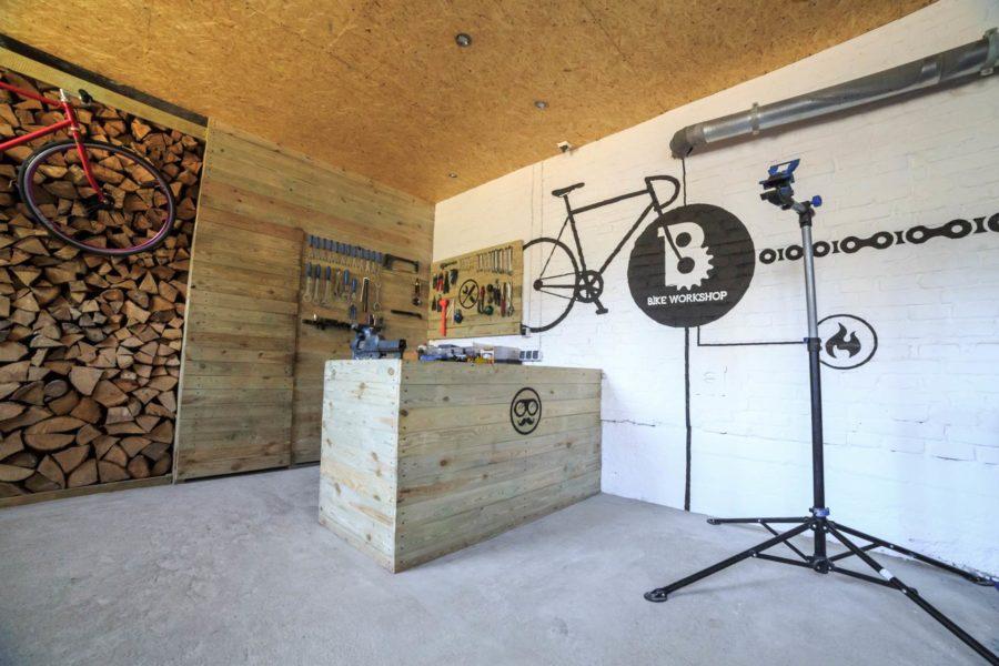 Wnętrza warsztatu rowerowego Bike Workshop