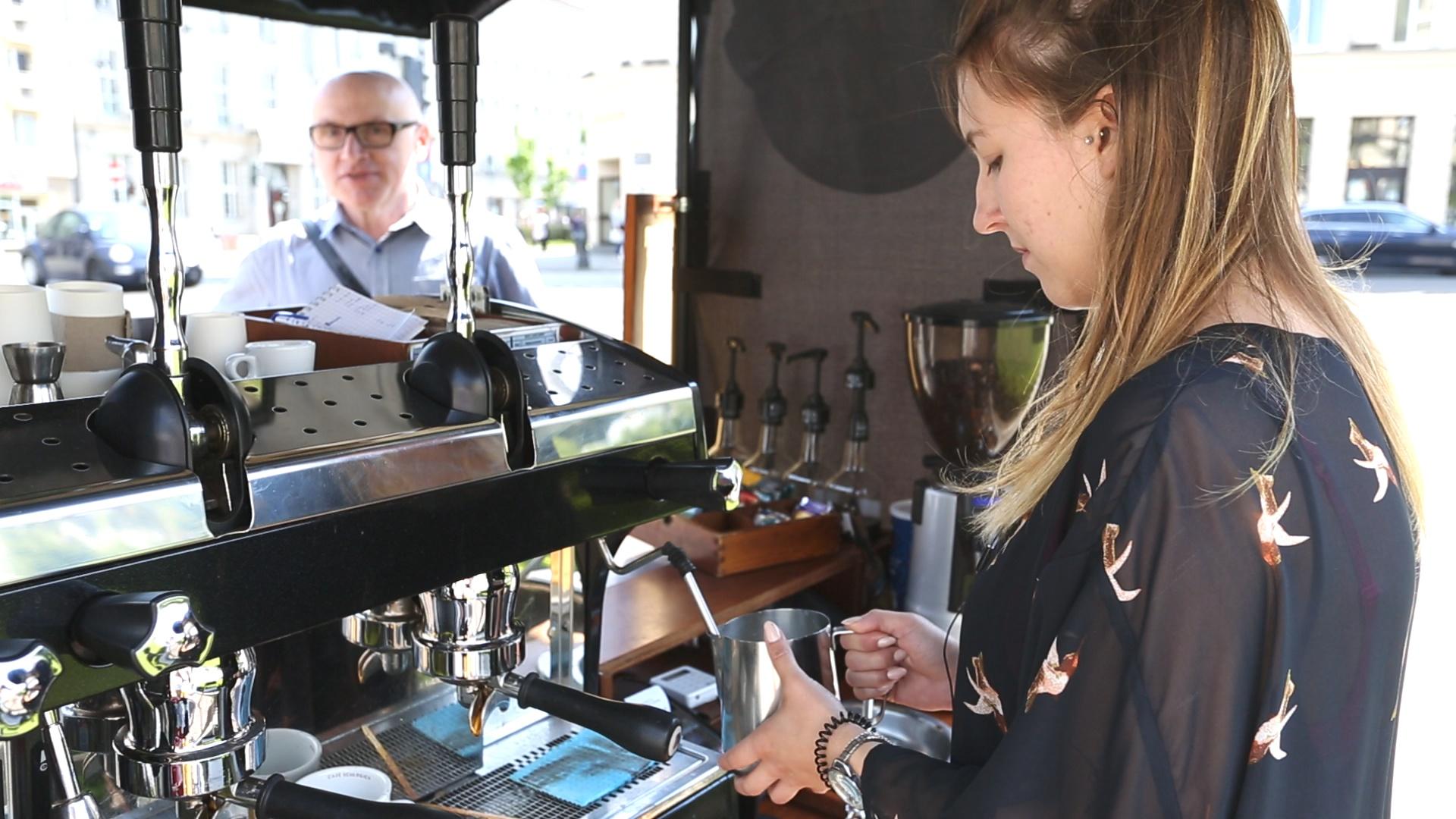 Justyna - barista rowerowej kawiarni Bike café
